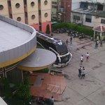с балкона виден вход в отель