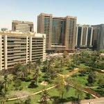 Вид из номера на парк и Khalifa Street