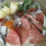 Antipasto di salumi e formaggi con salsiccie sott'olio e marmellate di verdure preparate da Moni