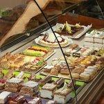 Expositor de las tartas y postres que puedes degustar en nuestro local