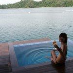 外陽台有小小泳池和戶外休息區