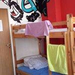 Кровать в женской 8-местной комнате.