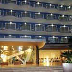 Entrada principal Hotel Augustus vista de noche