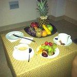 Comiendo fruta en la terraza