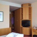 Zimmer u. Mobiliear stark abgenutzt und einfach