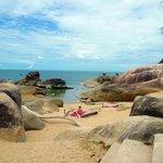 nella parte sud  spiaggia con rocce granitiche