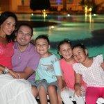 Семейное фото возле бассейна