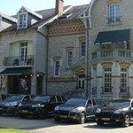 Nos véhicules posent devant l'hotel