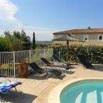 Pool und Hotel