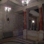 Le hall qui mène vers le grand escalier et les étages du château