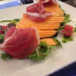 Salade Melon parme du bacchus. Copieuse contrairement a certains commentaires, avec des produits