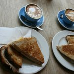 Desayuno: capuccino y sandwich