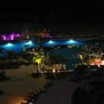 Vista noturna da varanda do hotel