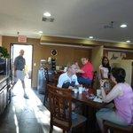 Frühstücksbereich in der Lobby plus Außenterrasse