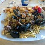 Strozzapreti con frutti di mare e spiedini di gamberi e calamari