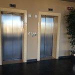 Один лифт работает только на подъем в бассейн