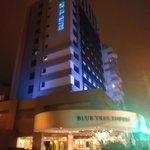 Fachada do hotel a noite
