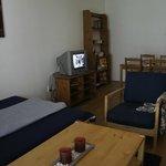 Sala, cama extra y comedor de Claudia Rooms