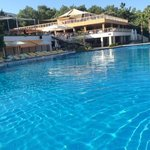 Vue piscine principal et restaurant