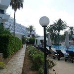 Część hotelu i basen