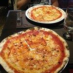pizza aglio olio e peperoncino e pizza gorgonzola