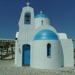 Церковь рядом с пляжем.
