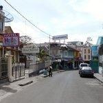 El Hello Guest House a la izquierda y cruzando la calle la mezquita con sus parlantes en el tech