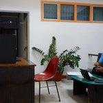 El espacio de uso comunitario con una PC para internet en el Hello guest House