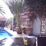 Une table et un jus d'orange près de la piscine !