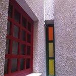 окна номеров выходят и в оригинальный коридор между номерами