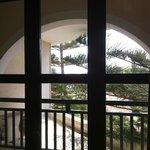 балкон и сосны рядом с ним, вид из номера