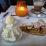 Chocolate y tarta de manzana con vista a la plaza del mercado