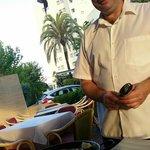 Paella vom immer freundlichen Kellner aufgetragen