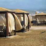 Sunbeds am Hotelstrand