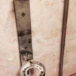 Porte gel douche avec salissures, jamais nettoyé (aucun article de toilette dans sdb)