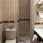 Salle de bains petite et avec moisissures