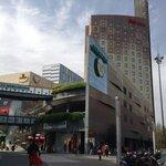商業施設とホテル