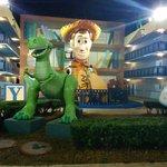 Woody se hace presente entre los edificios del hotel