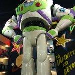 Buzz Lightyear frente a Woody, entre los edificios