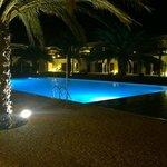 Zwembad van Dunas de Sal bij nacht