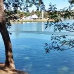 Bela visão da outra margem da lagoa.