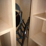 Chambre 604.Placard à angle droit exigu avec porte bagage impossible à ouvrir faute de place