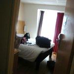 Chambre 604 tellement exigue qu'il faut sortir dans couloir pour photo