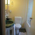 Chambre 512. Le CAGIBI tenant lieu de salle de bain