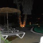 agréable vue de la piscine la nuit