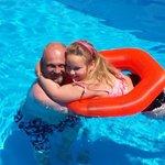 Far og datter koser seg i det deilige bassenget :)