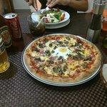 Pizza Brekka y ensalada de pollo