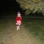 Minha filha próxima à cabana.