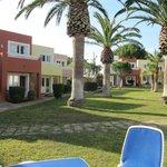 Apartamentos y jardin piscina