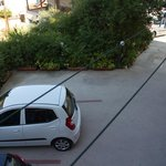 """der furchtererregende Parkplatz"""", Blick vom Balkon nach unten"""